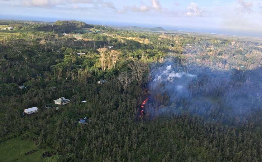 O fisură produce lavă după erupţia vulcanului hawaian Kilauea, în subdiviziunea Leilani Estates, în apropiere de Pahoa, Hawaii, 3 mai 2018.