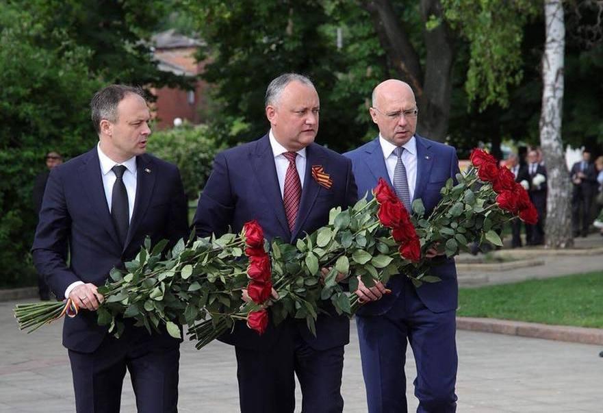 """Candu, Dodon şi Filip cu ocazia Zilei Victoriei, depun florila memorialul """"Eternitate"""""""