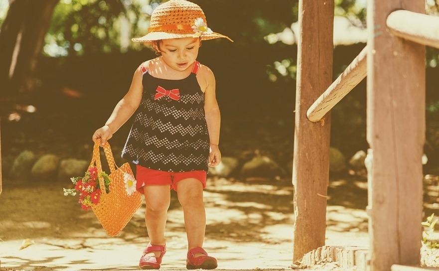 Fetiţă care se plimbă