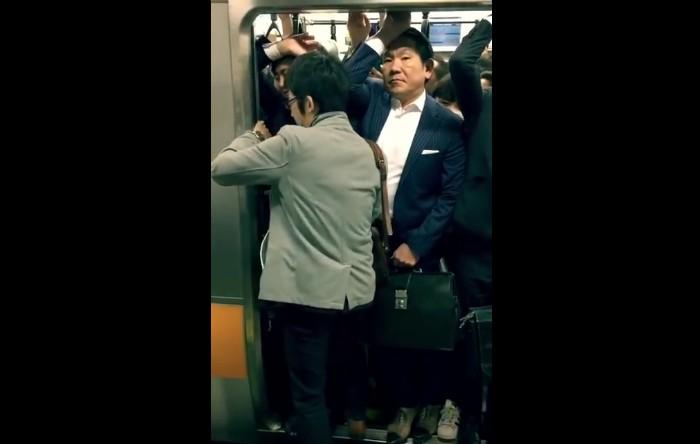 Un tren plin de pasageri în Japonia