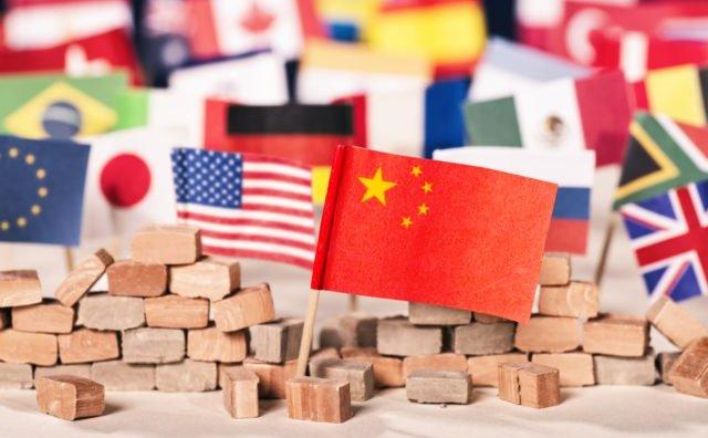 Steagul Chinei în faţa steagurilor multor altor ţări, ca simbol al puterii economice şi politice.