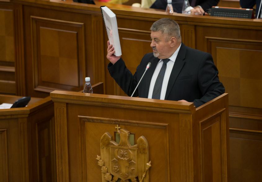 Mihail Cotorobai prezentând Raportul pentru 2017 în Parlamentul de la Chişinău