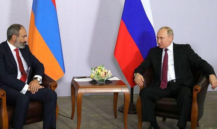 Preşedintele rus Vladimir Putin (dr) şi premierul armean Nikol Paşinian discută în oraşul Soci, Rusia, 14 mai 2018.
