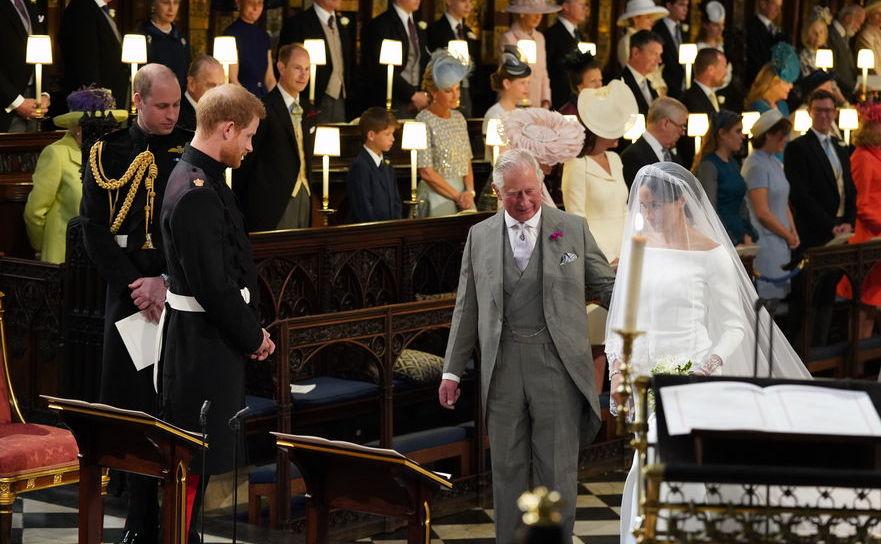 Prinţul Charles o conduce la altar peMeghan Markle