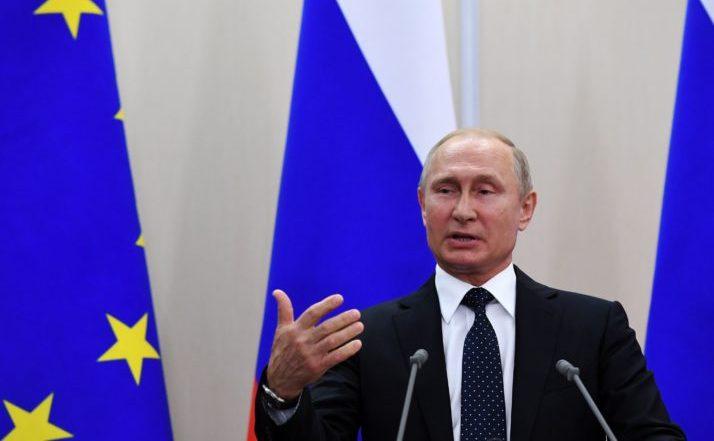Preşedintele rus Vladimir Putin participă la o conferinţă de presă în timpul întâlnirii sale cu Angela Merkel la Soci, Rusia, 18 mai 2018.