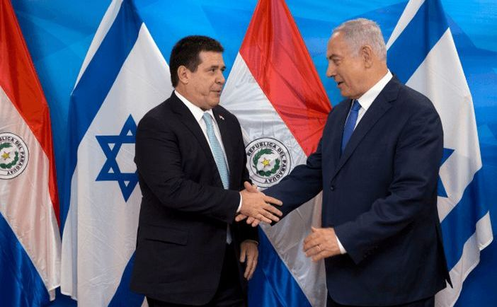 Preşedintele Paraguayului, Horacio Cartes (st), dă mâna cu premierul israelian Benjamin Netanyahu în timpul unei întâlniri în biroul acestuia în Ierusalim, 21 mai 2018.