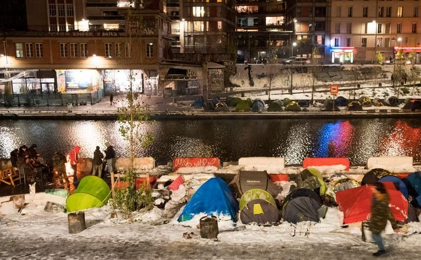 Refugiaţi pe marginea canalului Saint Martin din Paris, 9 februarie 2018.