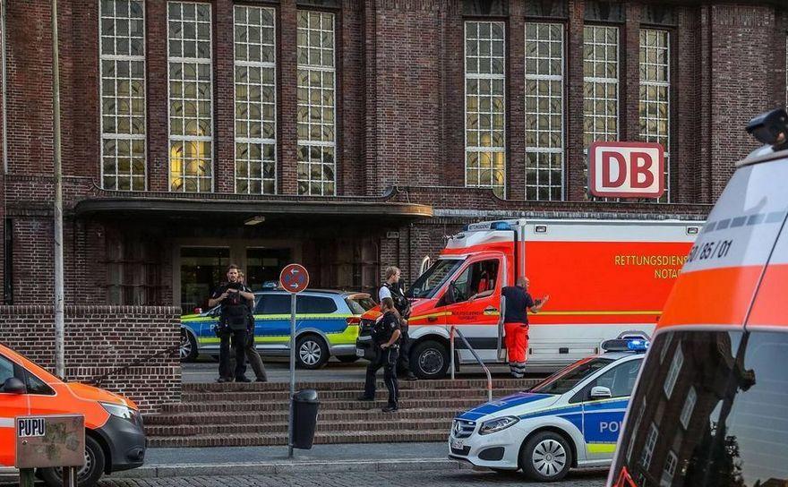 Maşini de poliţie şi ambulanţe sunt trimise la gara centrală din oraşul german Flensburg după atacul din 30 mai 2018.