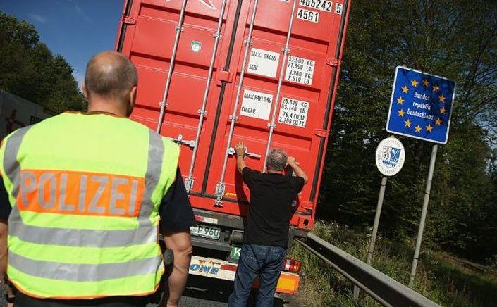Un poliţist german verifică un camion la frontiera germano-austriacă, în apropiere de Freilassing, Germania, 15 septembrie 2015.