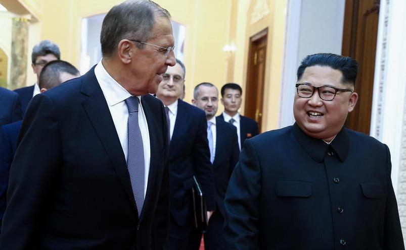 Ministrul rus de externe Serghei Lavrov (st) şi dictatorul nord-coreean  Kim Jong-un în timpul întâlnirii lor din Phenian, 31 mai 2018.