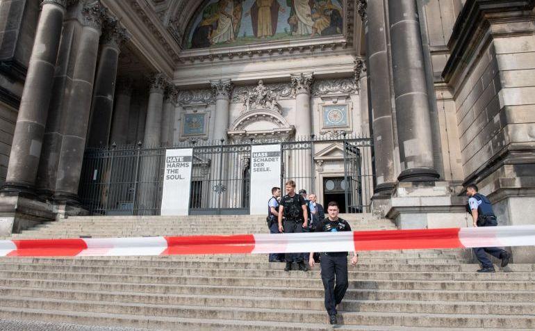 Poliţia izolează Catedrala din Berlin în 3 iunie 2018.