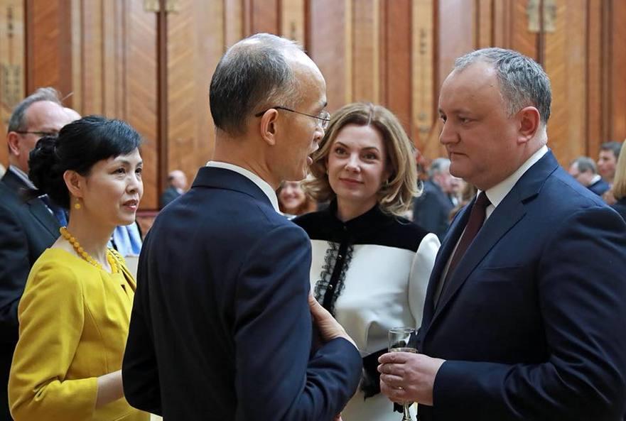 Igor şi Galina Dodon împreună cu ambasadorul Chinei la Chişinău şi soţia acestuia
