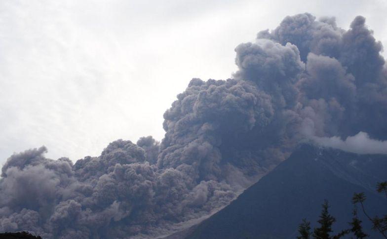Erupţia vulcanului Fuego din Guatemala văzută din localitatea Alotenango, 3 iunie 2018.