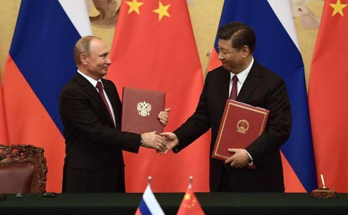 Preşedintele rus Vladimir Putin (st) şi omologul său chinez Xi Jinping îşi strâng mâna în timpul unei ceremonii de semnare a unor documente în interiorul Marii Săli a Poporului în Beijing, China, 8 iunie 2018.