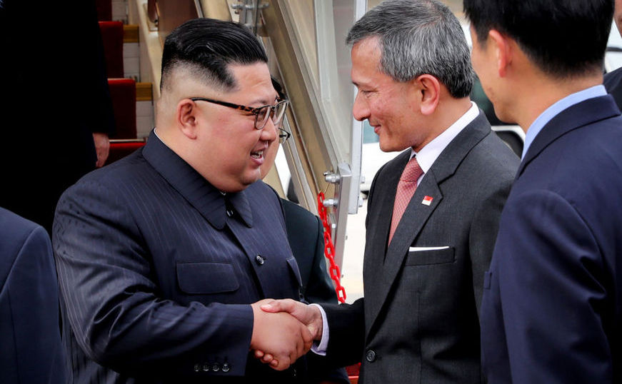 Liderul nord-coreean Kim Jong-un (st) dă mâna cu ministrul singaporez de externe Vivian Balakrishnan pe aeroportul Changi din Singapore, 10 iunie 2018.