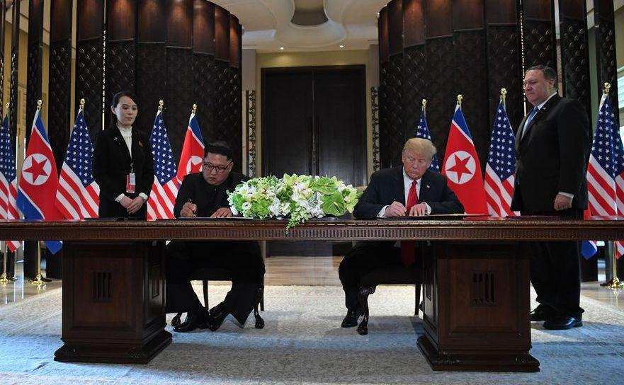 Donald Trump, semnând documentul final al summitului din Singapore.