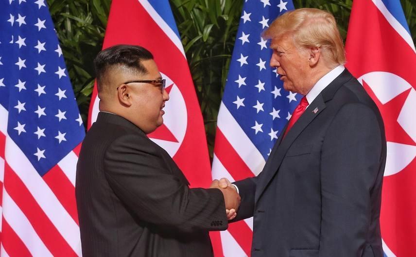 Preşedintele american Donald Trump (dr) şi dictatorul nord-coreean Kim Jong-un dau mâna în timpul summitului lor din Singapore, 12 iunie 2018.