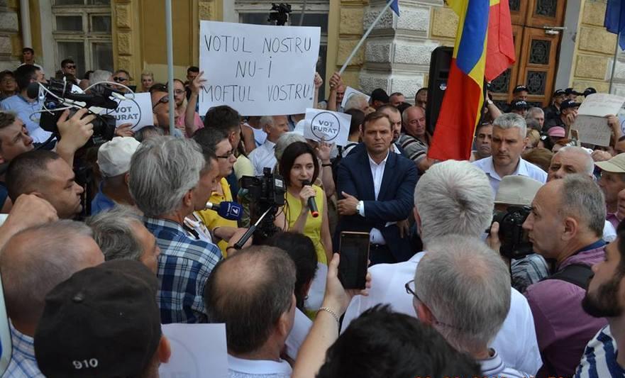 Protest în faţa primăriei Chişinău după invalidarea alegerilor de către instanţele de judecată