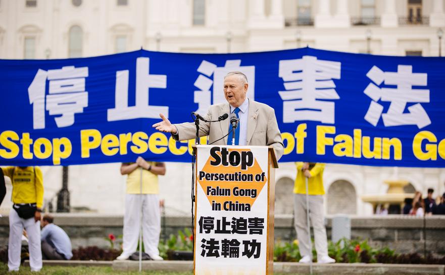 Congressmanul Dana Rohrabacher la un miting de aproximativ 5 mii de persoane care cer regimului comunist chinez oprirea persecuţiei Falun Gong, Washington 20 iunie 2018.