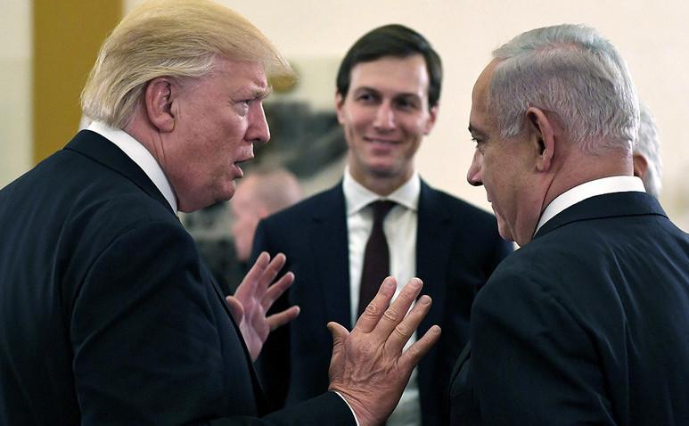 Preşedintele american Donald Trump (st), premierul israelian Benjamin Netanyahu (dr) şi, în centru, Jared Kushner, consilier senior al lui Trump şi ginerele acestuia.