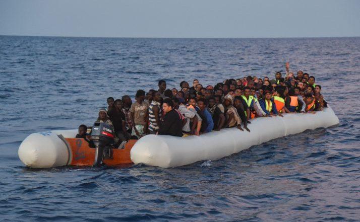 Zeci de imigranţi şi refugiaţi într-o ambarcaţiune de cauciuc în largul coastei Libiei