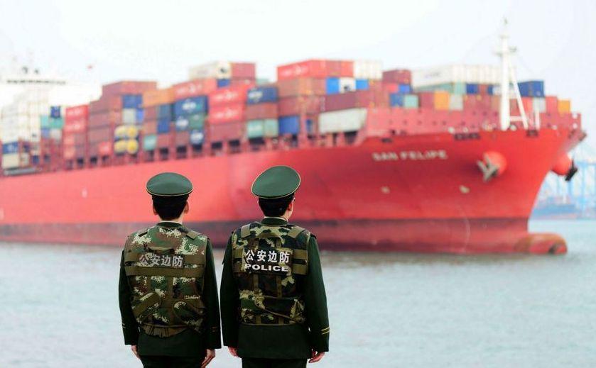 O navă chineză încărcată cu containere în Qingdao, China.