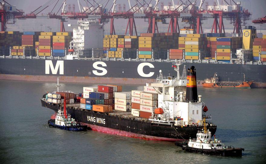 Nave comerciale în portul Qingdao, provincia Liaoning, China.