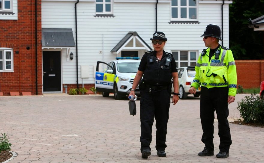 Ofiţeri de poliţie înspectează o proprietate în oraşul britanic Amesbury