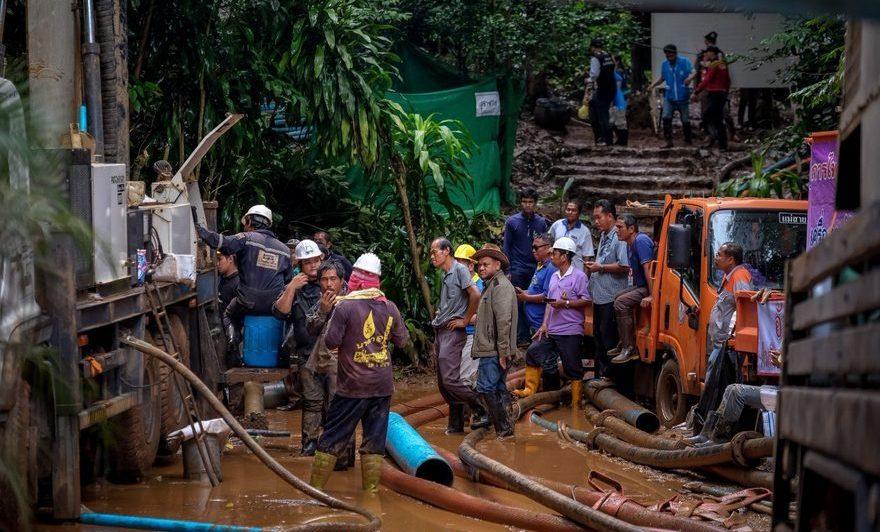 Membri ai echipelor de salvare pompează apă la intrarea în peştera Tham Luang din Chiang Rai, Tailanda, 2 iulie 2018.