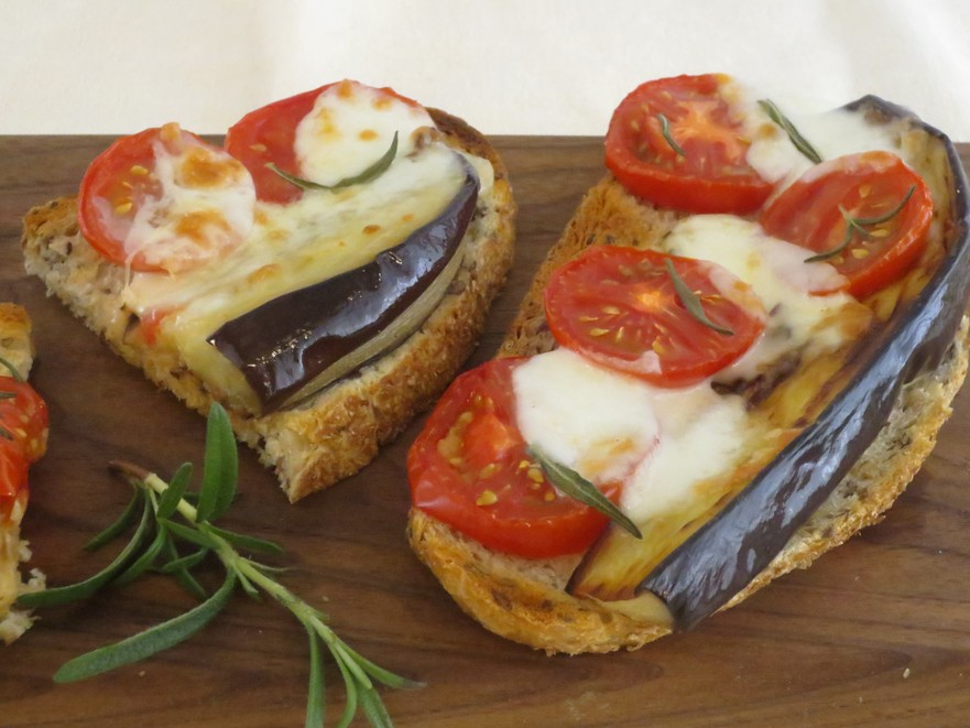 Tartine cu vinete, mozzarella şi roşii