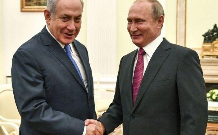Preşedintele rus Vladimir Putin (dr) dă mâna cu premierul israelian  Benjamin Netanyahu în timpul întâlnirii lor la Kremlin, Moscova, 11  iulie 2018.