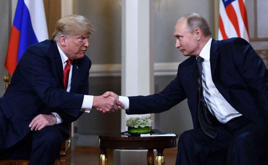 Preşedintele american Donald Trump (st) dă mâna cu omologul său rus Vladimir Putin înaintea summitului lor din Helsinki, 16 iulie 2018.