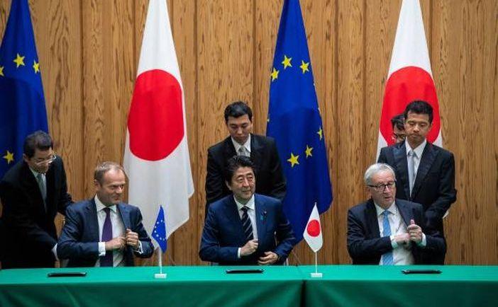 Premierul nipon Shinzo Abe (centru) semnează acordul comercial EPA împreună cu preşedintele Consiliului European, Donald Tusk (st) şi preşedintele Comisiei Europene, Jean-Claude Juncker (dr), în Tokyo, Japonia, 17 iulie 2018.