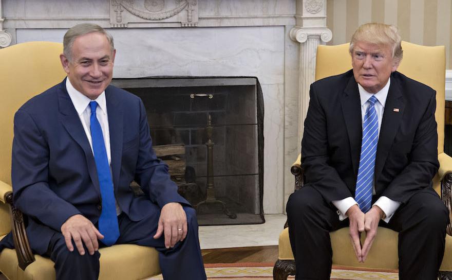 Preşedintele american Donald Trump (dr) şi premierul israelian Benjamin  Netanyahu în Biroul Oval de la Casa Alba, 15 februarie 2017.