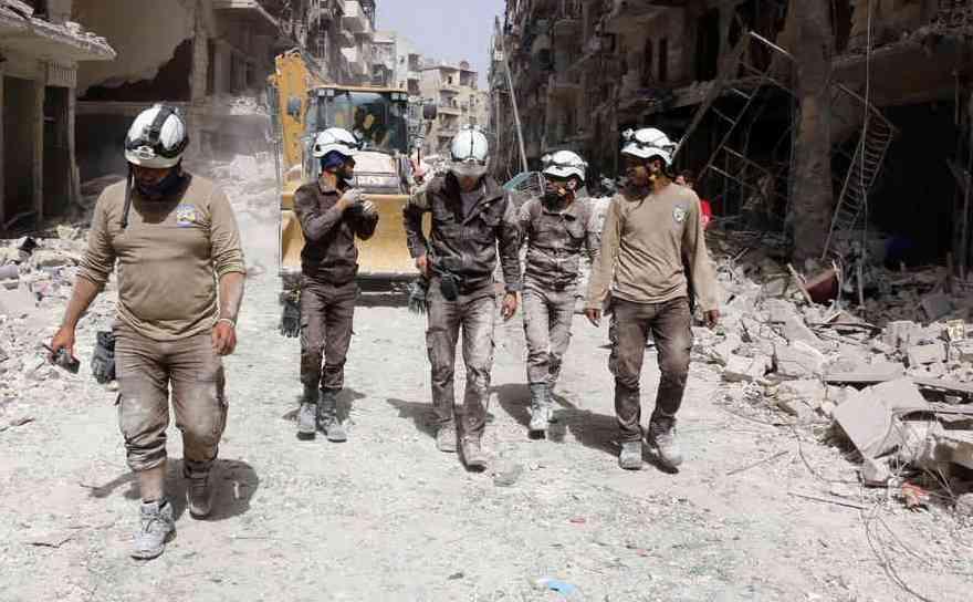 Membri ai grupul Căştile Albe în orasul nordic Alep, Siria, 3 iunie 2016.
