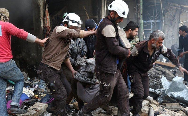 Membri ai Căştilor Albe evacuează o victimă dintr-o clădire distrusă după un atac aerian asupra satului Maaret al-Numan, în provincia nordică siriană Idlib, 4 decembrie 2016.