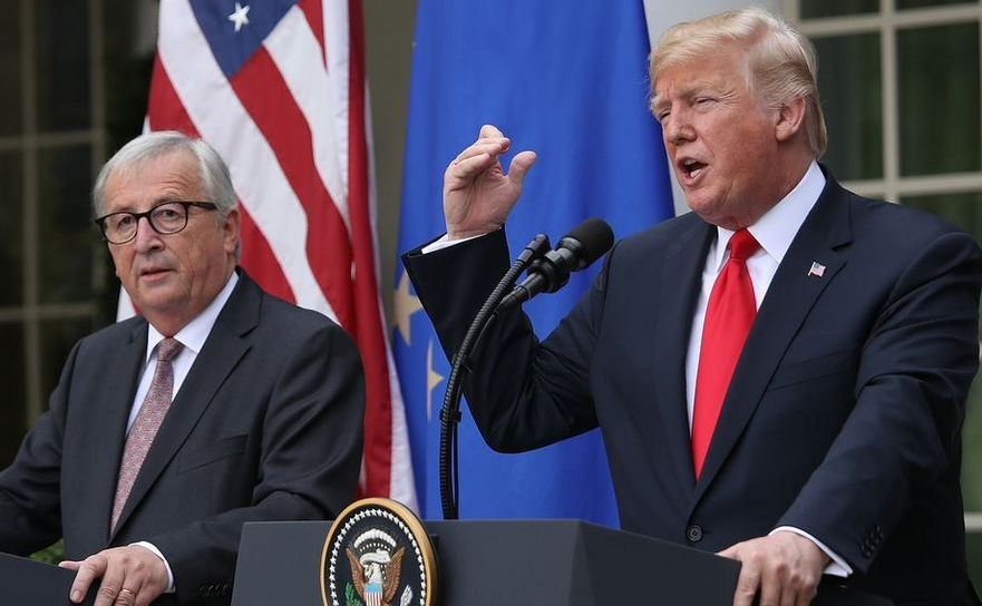 Preşedintele Donald Trump (dr) şi preşedintele Comisiei Europene,  Jean-Claude Juncker participă la o conferinţă de presă la Casa Alba, 25  iulie 2018.