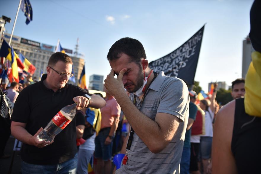 Suferinţa cauzată de gazele lacrimogene la mitingul Diasporei din Piaţa Victoriei, 10 august, 2018, Bucureşti
