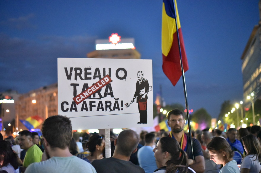 După intervenţia în forţă a Jandarmeriei împotriva protestatarilor din Piaţa Victoriei vineri, care s-a soldat cu numeroase victime, cetăţenii nu par dispuşi să se lase intimidaţi şi au revint în Piaţă.