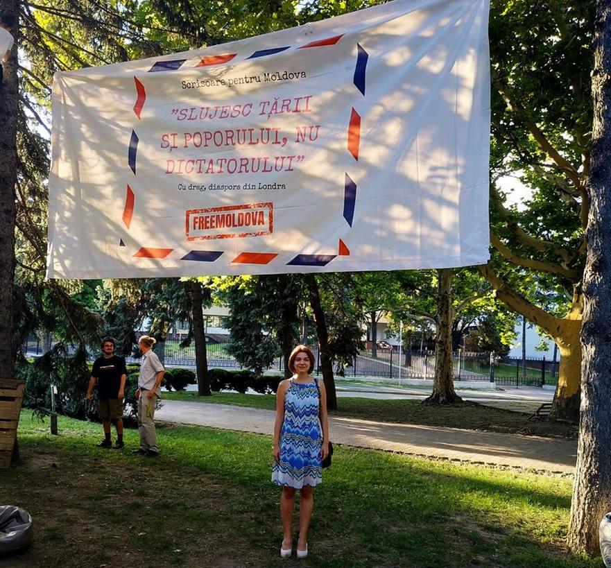 Vlada Ciobanu sub bannerul din faţa cafenelei Guguţă