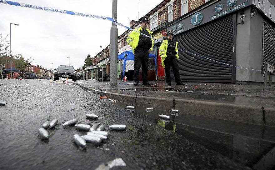 Ofiţeri de poliţie păzesc o zonă de pe Claremont Road, în oraşul britanic Manchester, după un atac armat, 12 august 2018.