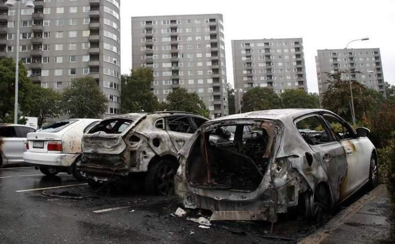 Maşini incendiate în Piaţa Frolunda din Gothenburg, Suedia, 13 august 2018.
