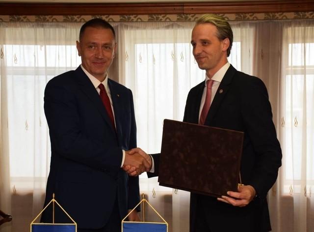 Ministrul Apărării RM Eugeniu Sturza şi omologul său român, Mihai Fifor