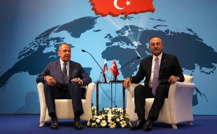 Ministrul rus de externe Serghei Lavrov (st) şi omologul său turc Mevlut Cavusoglu în Ankara, 14 august 2018.