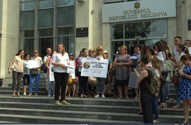 Profesori din R. Moldova au protestat la Guvern