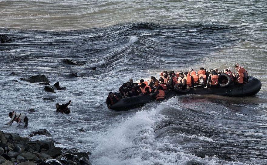 Refugiaţi se îndreaptă spre insula grecească Lesbos, 30 octombrie 2015