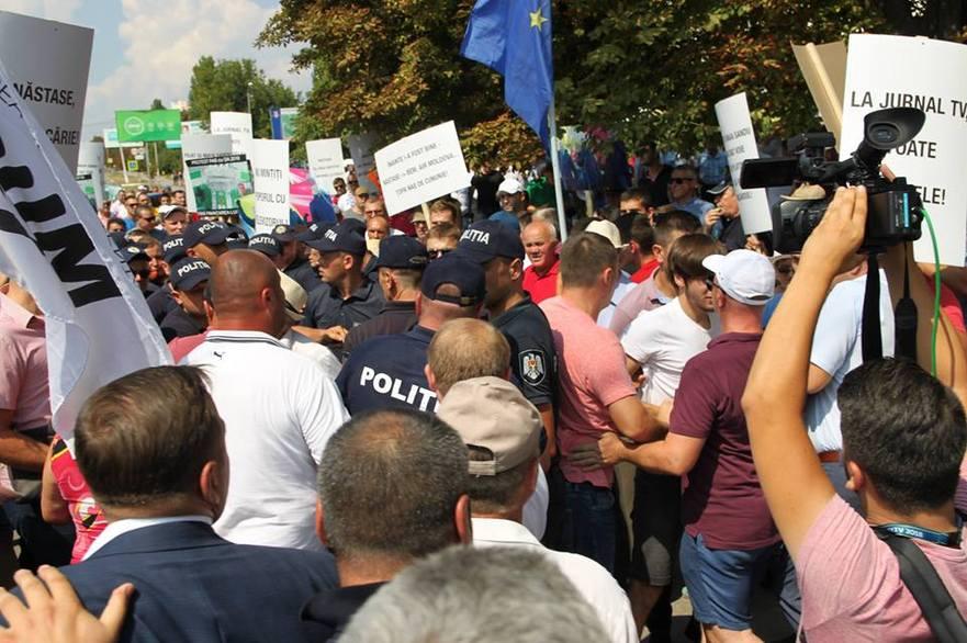 Protestul mişcării de rezistenţă ACUM la Ialoveni şi contramanifestaţia susţinătorilor puterii 19.08.2018