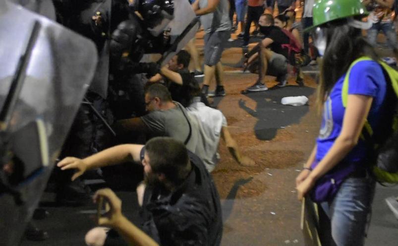 Intrare în forţă a jandarmilor împotriva unor protestatari aşezaţi pe jos, pe bdul Lascăr Catargiu în noaptea dinspre 10-11 august 201