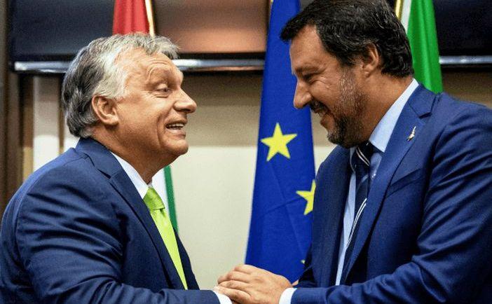 Ministrul italian de interne Matteo Salvini (dr) dă mâna cu premierul ungar Viktor Orban în Milano, Italia, 28 august 2018