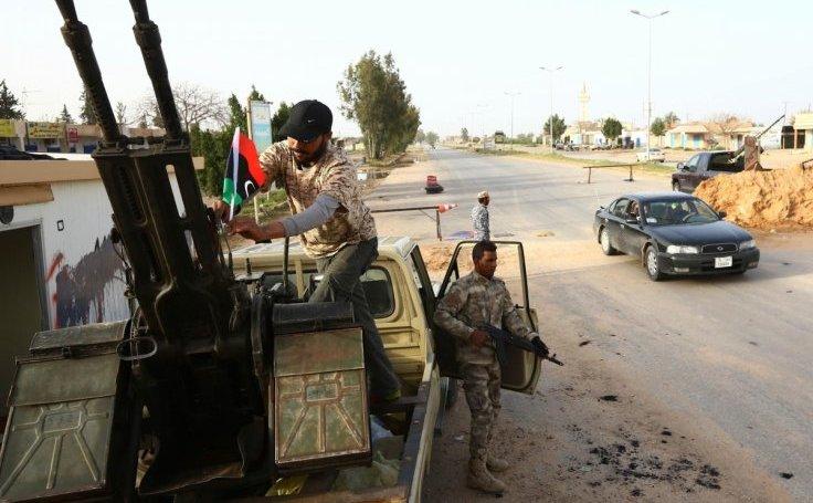 Luptători din Fajr Libya stau la un punct de control în al-Aziziyah, aproximativ 40 km sud de Tripoli, Libia